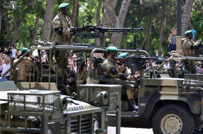 1421821677_azrbaycan-ordusu-hrbi-parad-sgr-azerbaijan-army-the-military-parade-soldier-machine-gun0.jpg