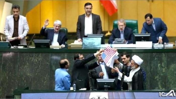 İranda deputatlar ABŞ bayrağını yandırdı - VİDEO