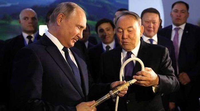 Nazarbayev Putinə qamçı hədiyyə etdi - FOTO
