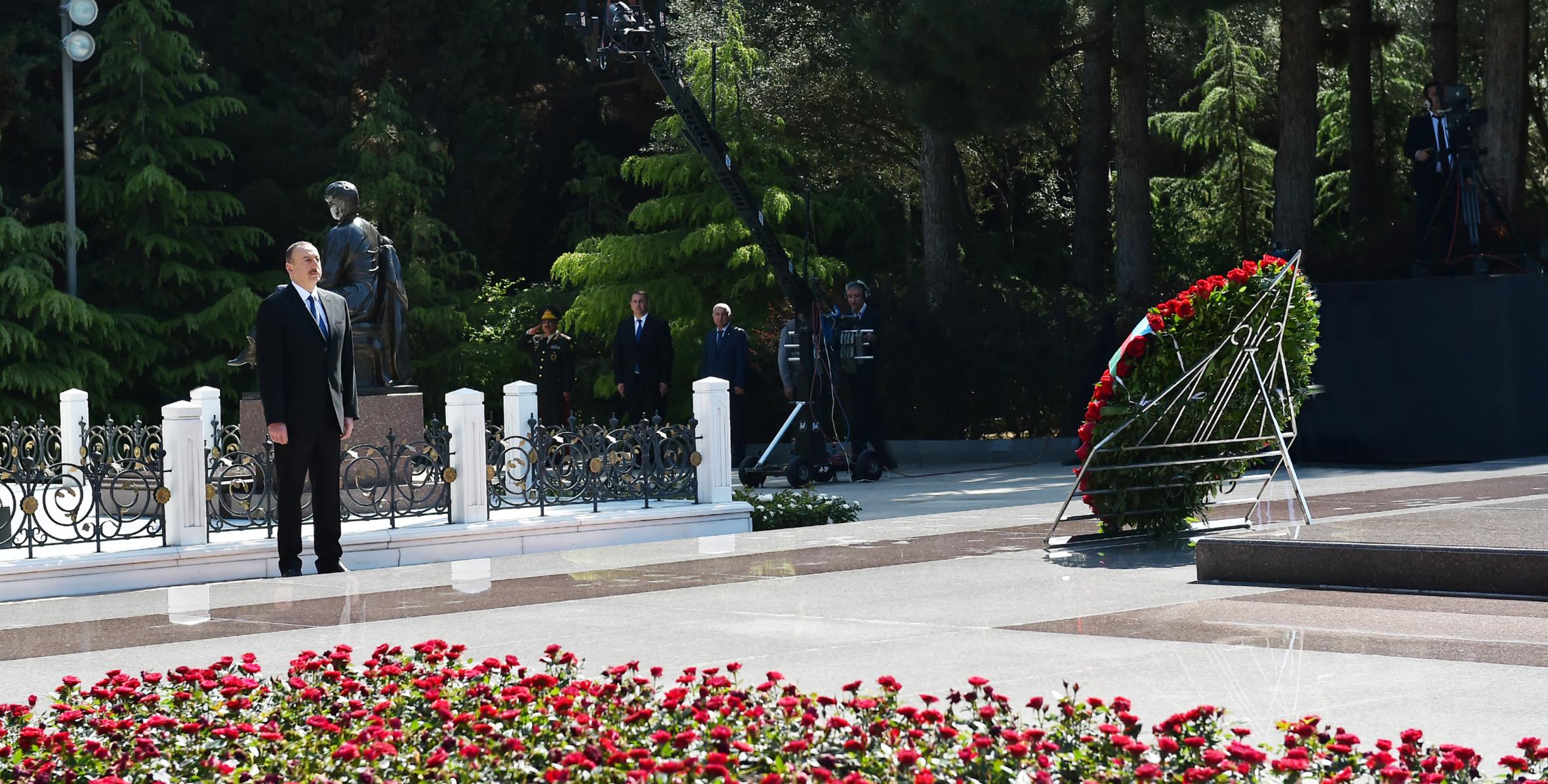 Prezident İlham Əliyev ümummilli lider Heydər Əliyevin məzarını ziyarət edib