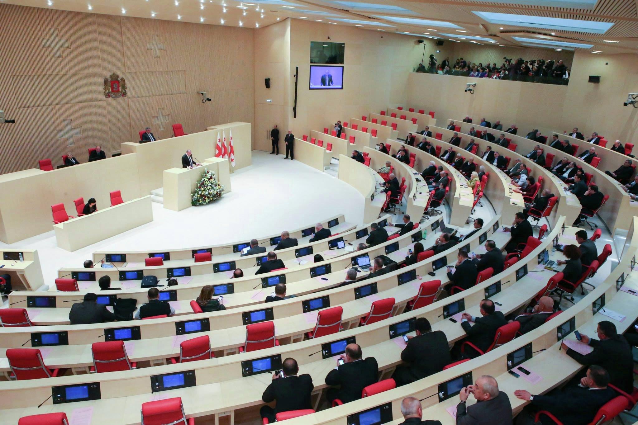 2018/09/gurcustan-parlament_1537534033.jpg