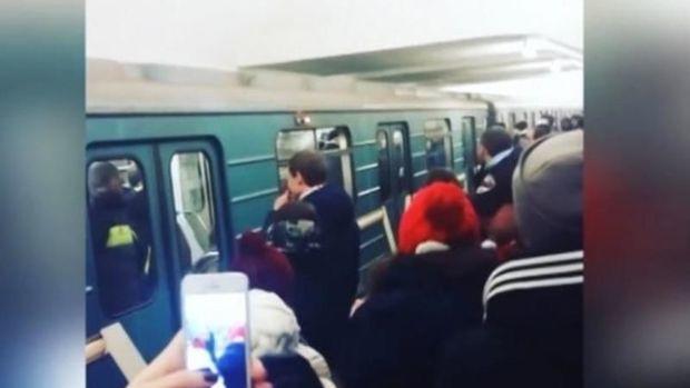 Bakı metrosunda oğlan qızı vurub qatardan platformaya salıb
